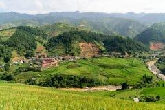 Ville entourée par la terrasse de riz Photos libres de droits