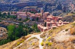 Ville espagnole de montagnes dans le jour ensoleillé Albarracin Photographie stock