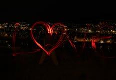 Ville et amour de nuit - brouillez la photo des lampes rouges Photo stock