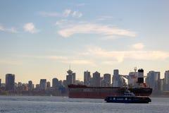 Ville et bateau Photos libres de droits