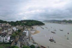 Ville et bateaux dans un port nuageux Image libre de droits