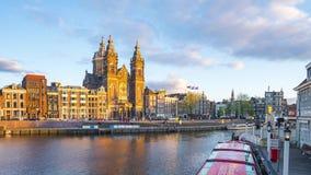 Ville et canal d'Amsterdam avec des bâtiments de point de repère à Amsterdam, Pays-Bas banque de vidéos