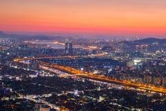Ville et horizon de Séoul avec des gratte-ciel dans le coucher du soleil, le fleuve Han Photo stock