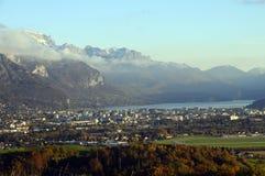 Ville et lac d'Annecy dans les Frances Images libres de droits