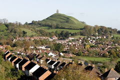 Ville et massif de roche de Glastonbury images libres de droits