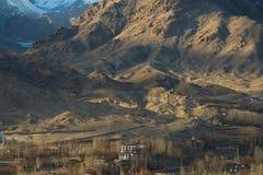 Ville et montagne de Leh photographie stock libre de droits
