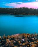 Ville et nature de lac photo stock