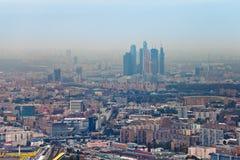 Ville et paysage urbain de Moscou en jour d'automne de brouillard enfumé images libres de droits
