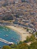 Ville et plage de bord de la mer photos libres de droits