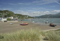 Ville et port de Barmouth au Pays de Galles, R-U photographie stock libre de droits