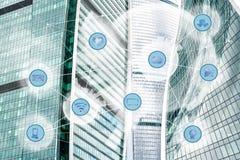 Ville et réseau de transmission sans fil photographie stock libre de droits