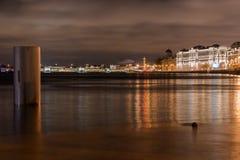 Ville et rivière de nuit Photographie stock libre de droits
