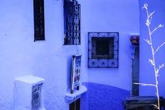 Ville, fenêtres et murs bleus Photo stock