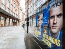 Ville française avec le kiosque de presse de magaizne de couverture de révolution de macron Photo libre de droits