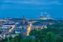 Ville futée, énergie renouvelable d'usine de biogaz et turbines de vent Photos stock