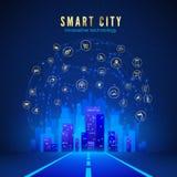 Ville fut?e ou concept d'IOT Route menant au paysage de ville dans la couleur bleue et Web global avec les ic?nes fut?es de syst?
