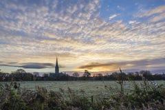 Ville givrée de cathédrale de Salisbury de paysage de lever de soleil d'hiver en Angleterre Images libres de droits