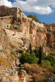Ville grecque de Monemvasia avec les bâtiments bizantins du côté d'une montagne, Grèce images stock