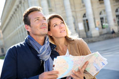 Ville guidée de couples heureux Images stock