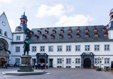 Ville hôtel dans la ville de Coblence au Rhénanie-Palatinat au ciel bleu images stock