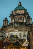 Ville hôtel de Belfast avec des décorations de Noël Image libre de droits