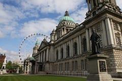 Ville hôtel de Belfast et roue de Ferris Photos stock