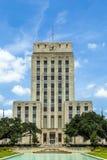 Ville hôtel avec la fontaine et le drapeau Photographie stock libre de droits