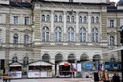 Ville hôtel de Novi Sad Lumières et boutiques de Noël Liberty Square Photos stock