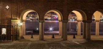 Ville hôtel de Stockholm la nuit Photographie stock libre de droits