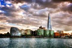 Ville hôtel et le tesson Londres, Angleterre le R-U La Tamise au coucher du soleil image stock