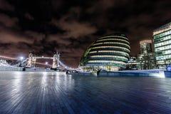 Ville hôtel et pont de tour dans le panorama capitale britannique a de Londres Photo libre de droits