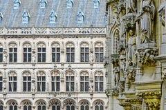 Ville hôtel et St Peter et x27 ; église de s à Louvain Photographie stock