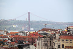 Ville historique de Lisbonne et 25ème d'April Bridge Panorama, Portugal Image stock