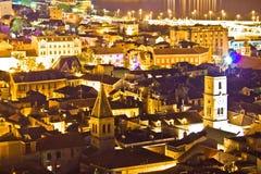 Ville historique de vue aérienne de nuit de Sibenik Images stock