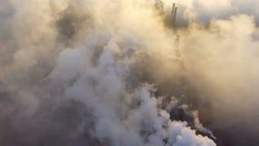 Ville industrielle de Mariupol, Ukraine, dans la fumée des ensembles industriels banque de vidéos