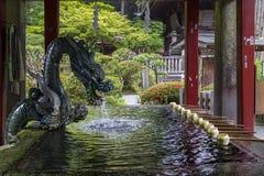 Ville Japon de Fujiyoshida, le 13 juin 2017 : Bassin de purification avec photos libres de droits