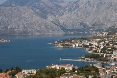 Ville Kotor dans la baie de Kotor Photo stock