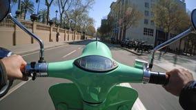Ville l'explorant sur le scooter électrique loué clips vidéos