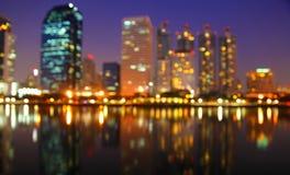 Ville la nuit - brouillez la photo, fond de Bokeh Photos stock