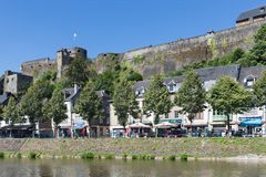 Ville médiévale belge le long de rivière Semois avec la promenade et le château images libres de droits