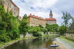 Ville médiévale de Cesky Krumlov, République Tchèque Silhouette d'homme se recroquevillant d'affaires photo stock