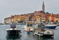 Ville médiévale de Rovinj en Croatie, temps nuageux Images stock