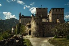 Ville médiévale de vieux château en pierre d'aosta images libres de droits