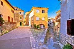 Ville médiévale de vue colorée de rue de Kastav images stock