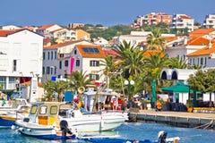 Ville méditerranéenne de vue de bord de mer de Novalja Image libre de droits