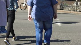 Ville masculine de poids excessif de croisement parmi des piétons, désordre de santé, obésité clips vidéos