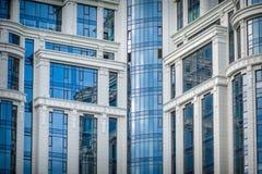 Ville moderne commerciale de gratte-ciel ayant beaucoup d'étages en verre de bâtiment d'avenir Image stock