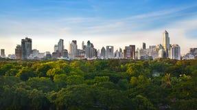 Ville moderne dans un environnement vert, Suan Lum, Bangkok, Thaïlande Photos libres de droits