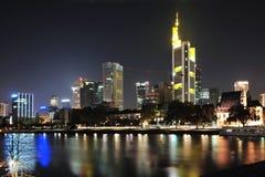 Ville moderne de Francfort par nuit Photographie stock libre de droits