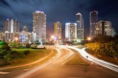Ville moderne la nuit avec des réverbères Photographie stock libre de droits